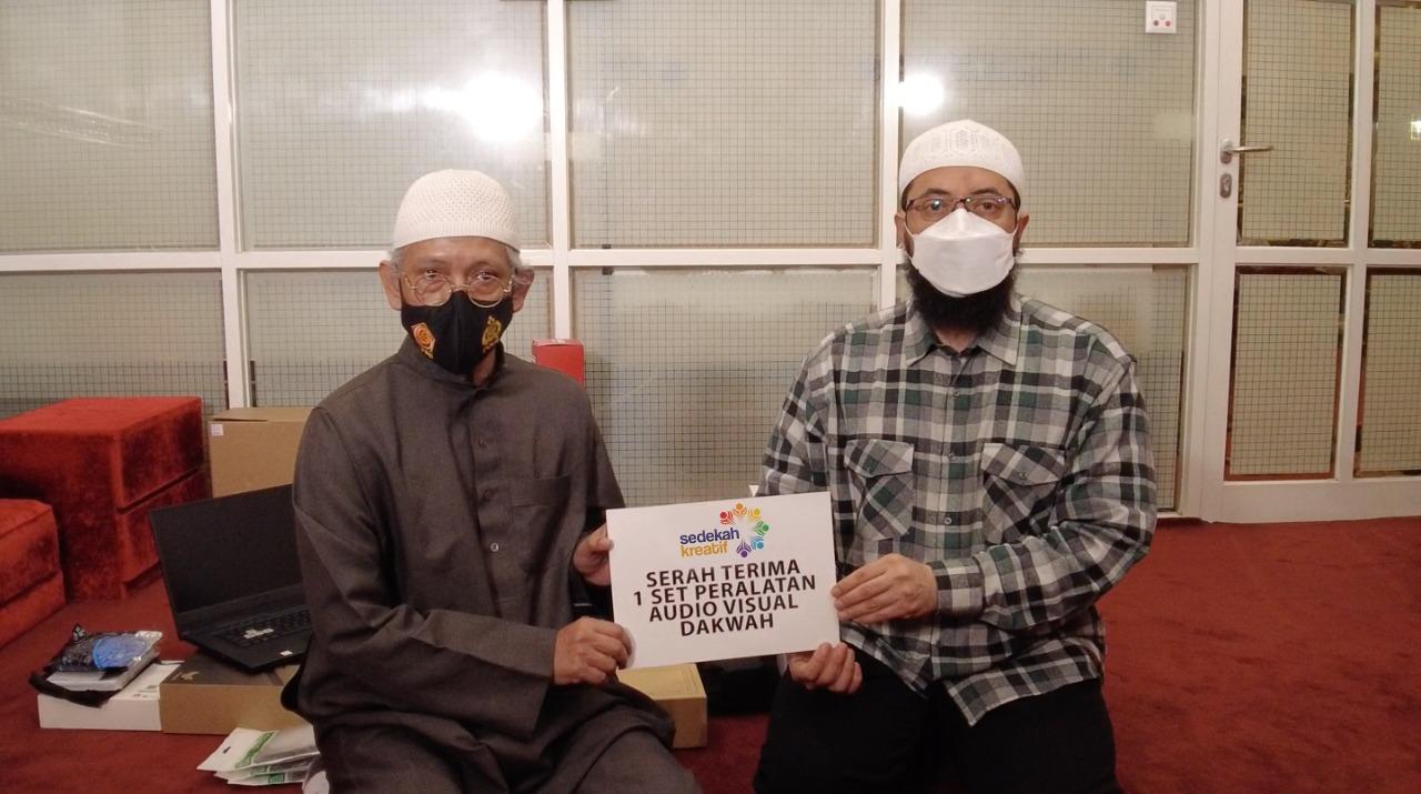 Ustadz Khalid Basalamah Donasikan Satu Set Lengkap Alat Studio Siaran Pada Multaqo Du'at Indonesia.